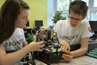 Ziaci Paulina a Jakub pri konstruovani robota
